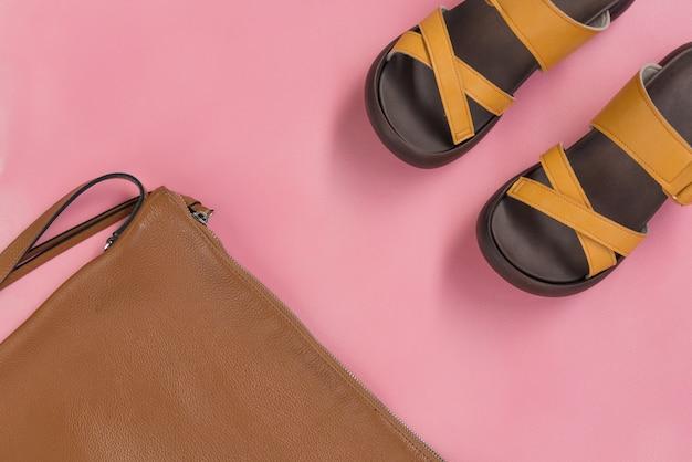 革製のハンドバッグと黄色のカジュアルシューズ