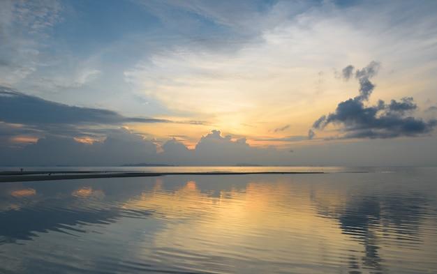 パノラマの劇的な熱帯の海空の夕日