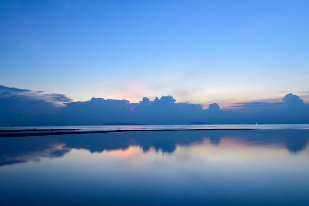 パノラマの劇的な熱帯の夕焼け空と夕暮れ時、長時間露光で海