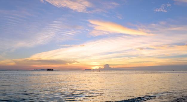 パノラマの劇的な夕焼け空と夕暮れ時の熱帯の海