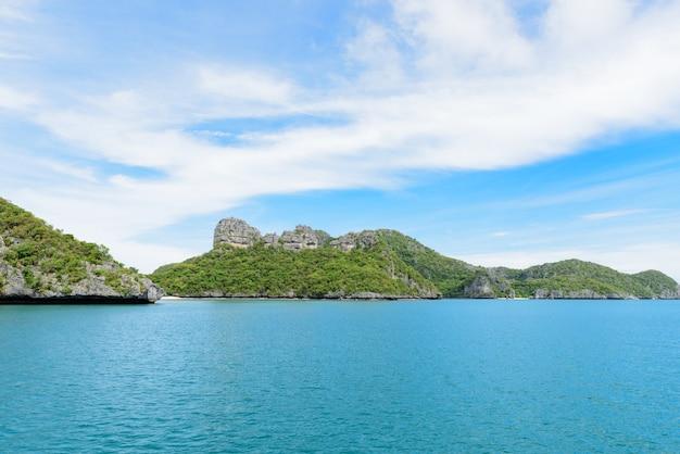 夏の海、青い海、青い空と緑の島