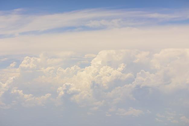 大きな白い雲と青い空