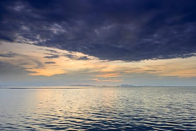 劇的な雨雲、海と夕暮れの空