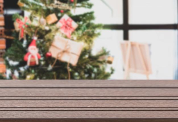 クリスマスツリーと装飾品の背景を持つ木製の上板