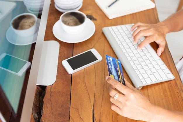 クレジットカードとコンピューターを使用したオンラインショッピング