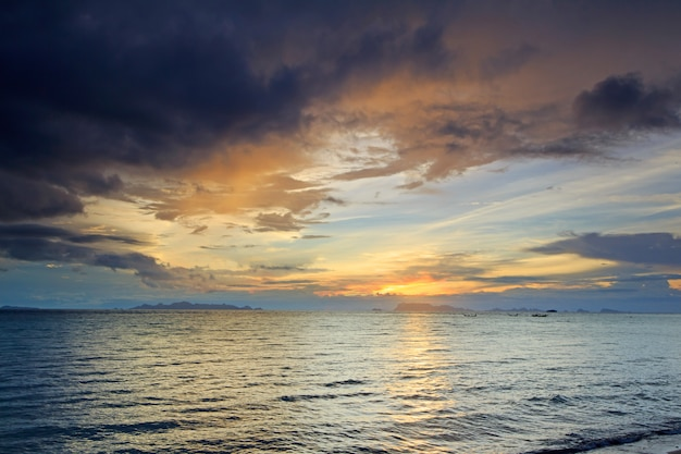 Панорамный драматический тропический синий закат и облачный дождь фон