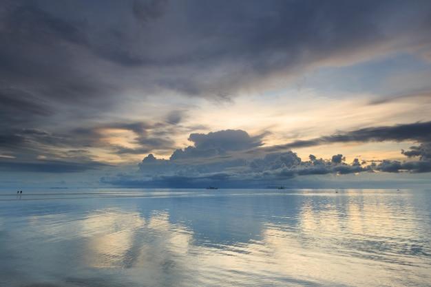 パノラマの劇的な熱帯の夕焼け空と夕暮れ時、サムイ島タイの海