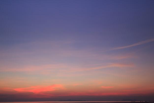 夕暮れ時の鮮やかな空と劇的な雲、ビンテージフィルター