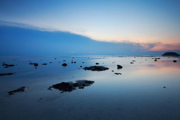 パノラマの劇的な熱帯の青い空と夕日の海