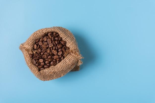 Жареные кофейные зерна в мешковине, вид сверху