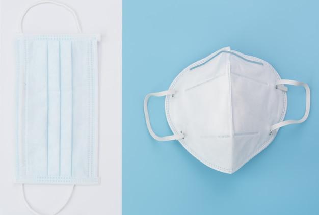柔らかい青色の背景に外科用マスクパック