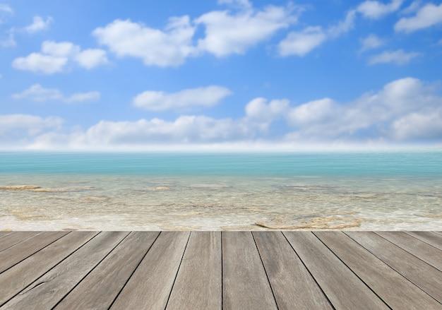 Деревянный пол с зеленым морем и голубым небом
