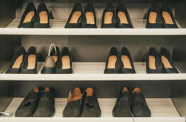 家の居心地の良いオープンワードローブの服と靴。引き締まった