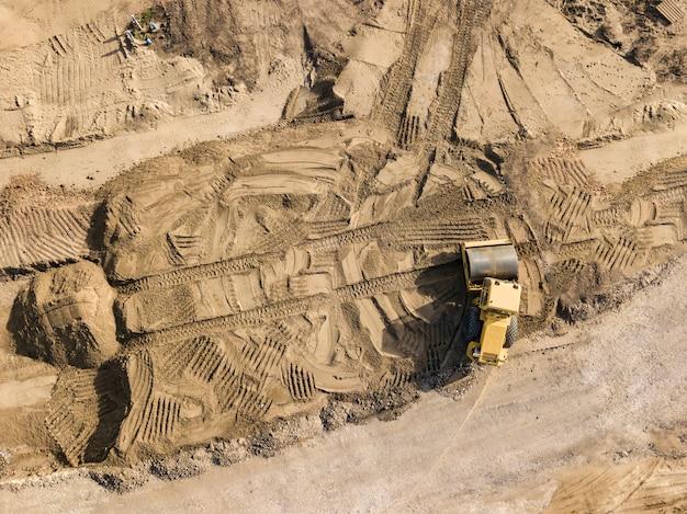 Роликовые дорожные машины сглаживают землю
