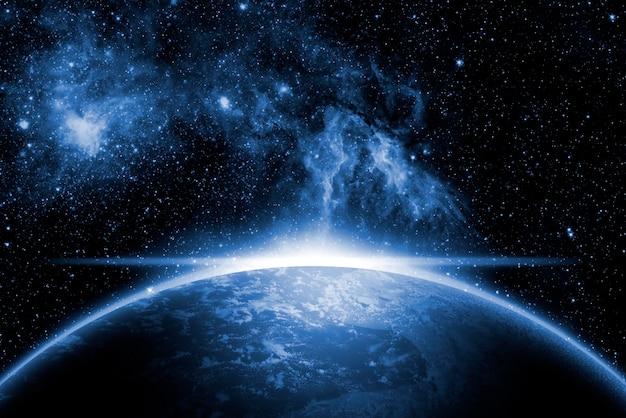 創造的な宇宙アート。日の出と太陽フレアのある地球。
