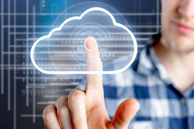 クラウドデータストレージの概念、空中浮遊雲とビジネスマンのタッチ