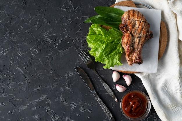 レタスの葉、タマネギとソース、がらくた肉のローストポークの切り身の部分