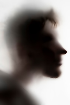 人は夜に白いガラスや表面、ひどい幽霊に影をつける