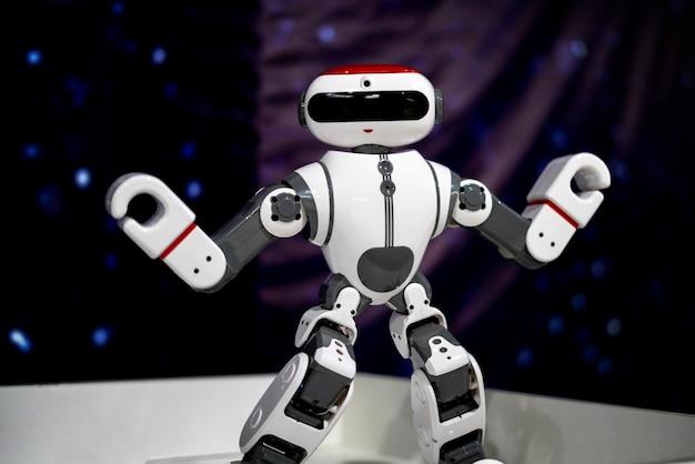 Закройте современный робот, искусственный интеллект