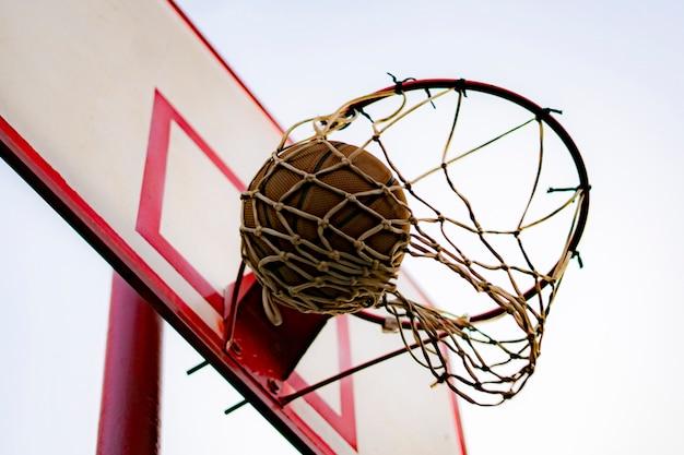 ボールを打つか、バスケットを獲得、青い空