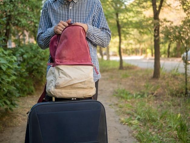 屋外のバックパックで人の手の検索の事を閉じる