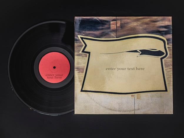 ビニールレコードのオーバーヘッドフラットレイは黒いテーブルの上のボックスから出る