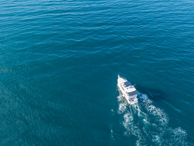 高速モーターボートで海の救急隊の空撮