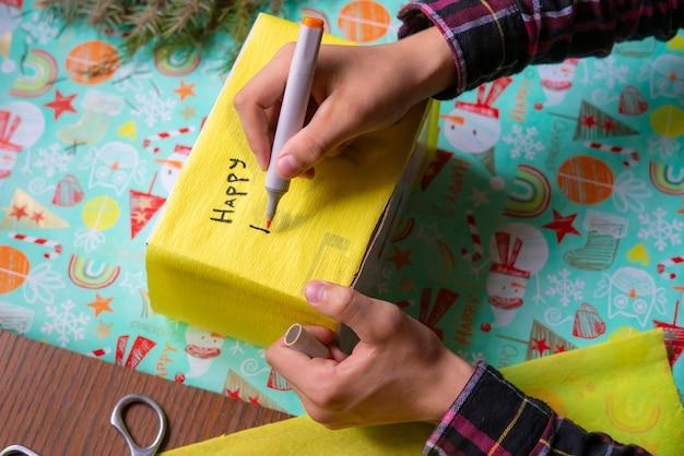 プレゼントボックスに新年の願い事を書く