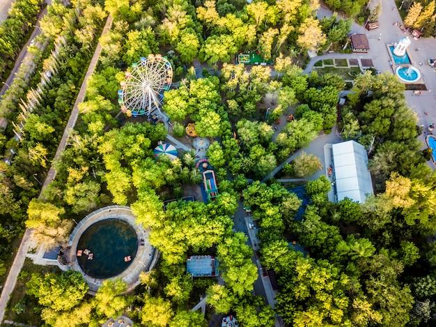 夏の日の子供のための遊園地の空中平面図