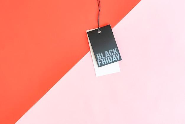 カラフルな背景に分離された値札に黒い金曜日販売割引。