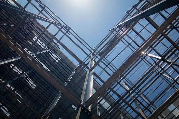 空の背景に建物の建設