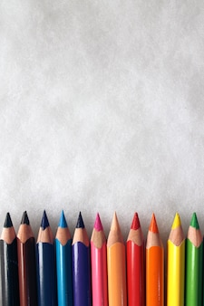 白い背景にある色鉛筆