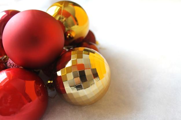 Золотые, зеленые и красные рождественские шары с местом для текста