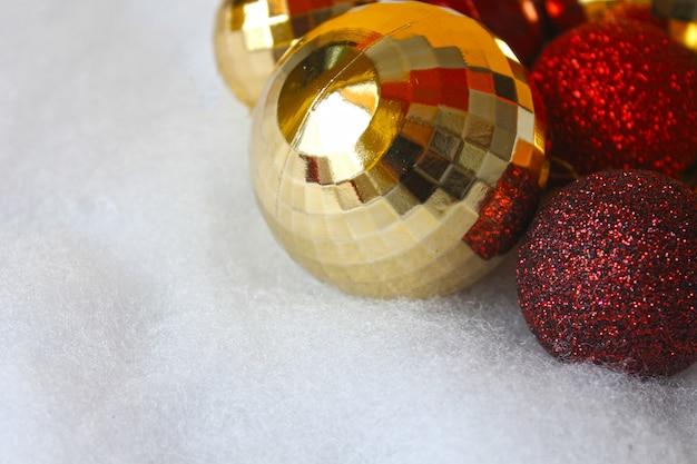 Красные и золотые рождественские шары