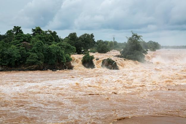 川の水の洪水