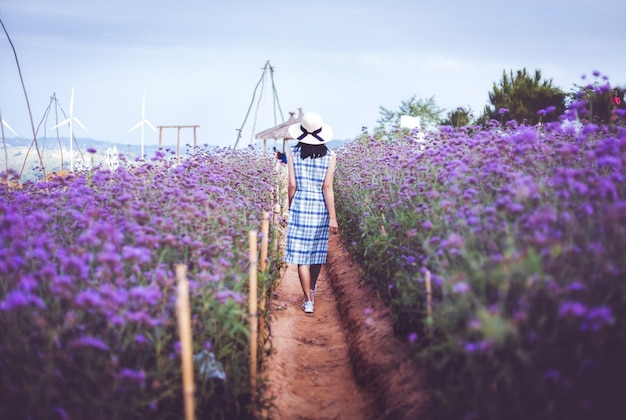 Путешествие женщина с фиолетовым цветком