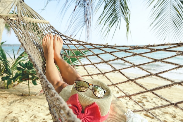 Счастливая женщина расслабиться в гамаке