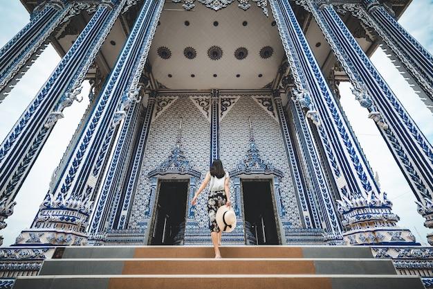 旅行女性とタイの寺院