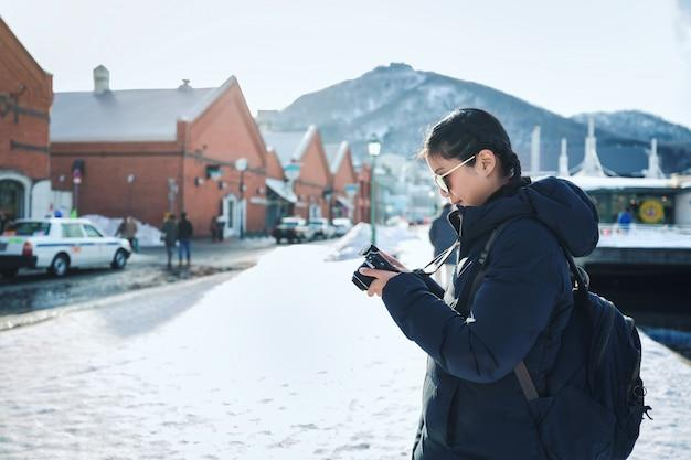 冬の季節に旅行女性