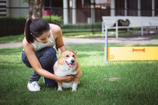 Азиатская женщина с собакой вельш корги пемброк