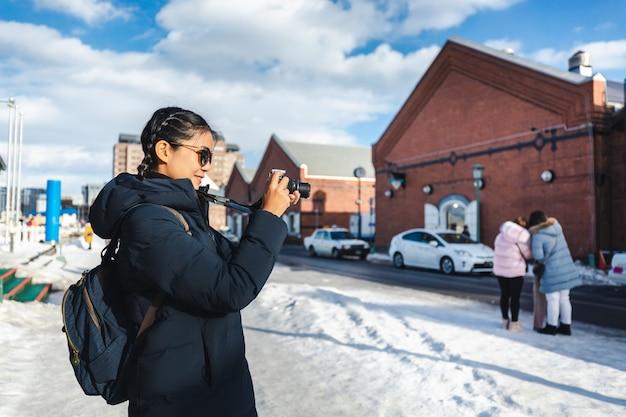 Туристическая женщина в зимнем сезоне