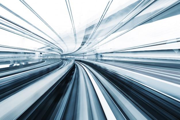 Размытие движения поезда фоне