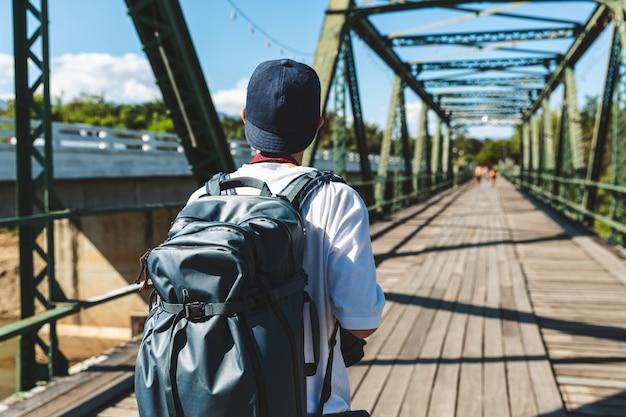 Человек путешественника гуляя на мост