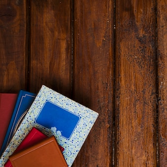 木製の背景を持つ本の構成