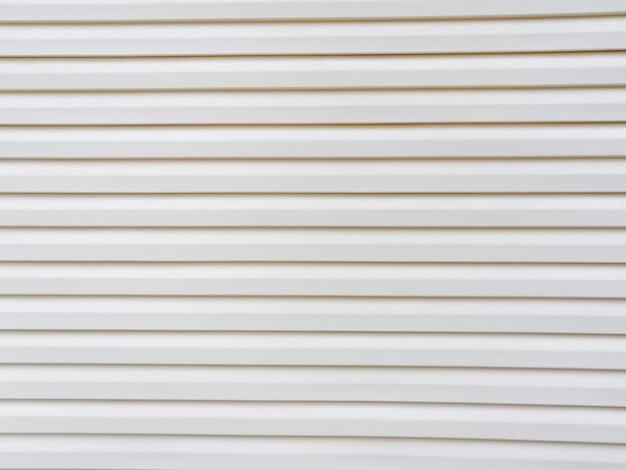 Белая полосатая стена