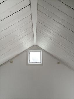 Белый дизайнерский потолок с окном