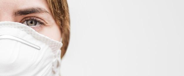 Женщина-врач с маской для лица