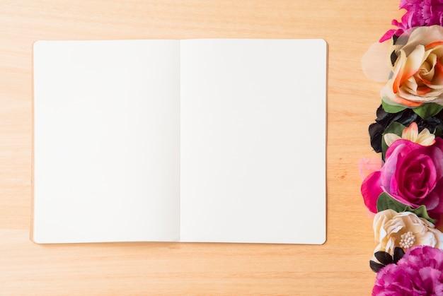 花と筆記具付きの木製の背景