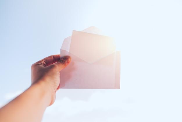 モックアップのための封筒と美しい夏の背景