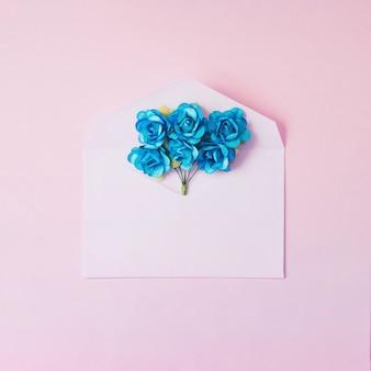 青い花を持つモックアップのための最小限の封筒